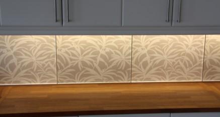 Akrylplater med LED stripe montert som effektbelysning over kjøkkenbenk